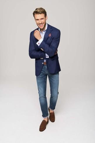 Outfits hombres: Usa un blazer azul marino y unos vaqueros azules para un lindo look para el trabajo. Elige un par de mocasín de ante marrón para mostrar tu inteligencia sartorial.