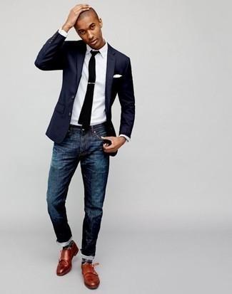 Cómo combinar una camisa de vestir de rayas verticales blanca: Ponte una camisa de vestir de rayas verticales blanca y unos vaqueros azul marino para un lindo look para el trabajo. Complementa tu atuendo con zapatos con doble hebilla de cuero en tabaco para mostrar tu inteligencia sartorial.