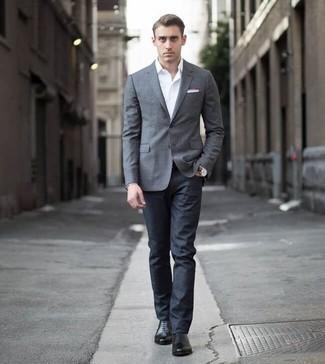 Cómo combinar un blazer gris: Casa un blazer gris junto a unos vaqueros azul marino para un lindo look para el trabajo. Haz zapatos oxford de cuero negros tu calzado para mostrar tu inteligencia sartorial.
