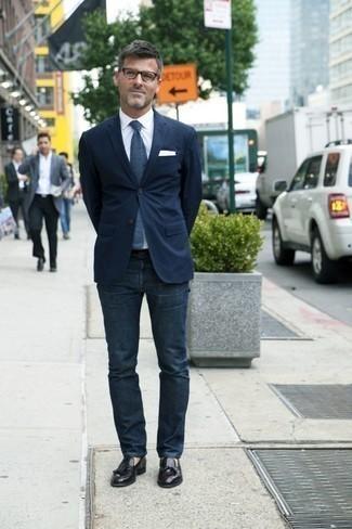 Moda para hombres de 40 años: Intenta ponerse un blazer azul marino y unos vaqueros azul marino para las 8 horas. Complementa tu atuendo con mocasín con borlas de cuero negro para mostrar tu inteligencia sartorial.
