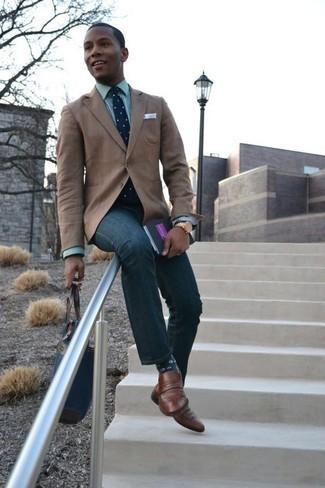 Cómo combinar un mocasín de cuero marrón: Intenta ponerse un blazer marrón claro y unos vaqueros azul marino para las 8 horas. ¿Te sientes valiente? Elige un par de mocasín de cuero marrón.