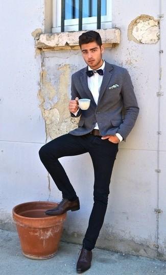 Cómo combinar: blazer gris, camisa de vestir blanca, vaqueros azul marino, zapatos oxford de cuero marrónes