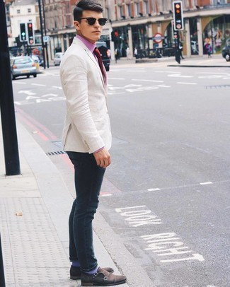 Cómo combinar unos zapatos con doble hebilla de ante en marrón oscuro: Si buscas un estilo adecuado y a la moda, considera ponerse un blazer de lino en beige y unos vaqueros azul marino. ¿Te sientes valiente? Opta por un par de zapatos con doble hebilla de ante en marrón oscuro.