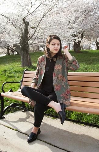 Cómo combinar un corbatín: Intenta combinar un blazer con print de flores verde oliva junto a un corbatín para un look agradable de fin de semana. Elige un par de mocasín de cuero negros para destacar tu lado más sensual.