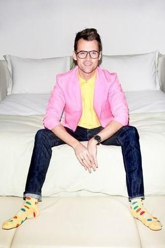 Un blazer rosado y unos vaqueros pitillo azul marino son prendas que debes tener en tu armario.