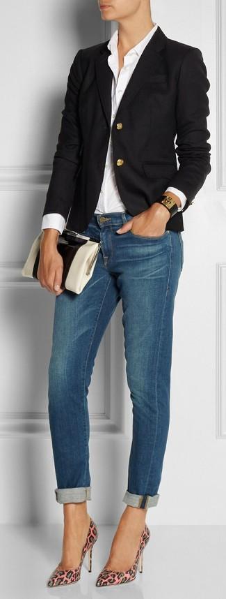 Cómo combinar: blazer negro, camisa de vestir blanca, vaqueros pitillo azules, zapatos de tacón de cuero de leopardo rosados