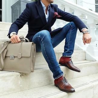 Cómo combinar: blazer azul marino, camisa de vestir celeste, vaqueros pitillo azules, zapatos oxford de cuero marrónes