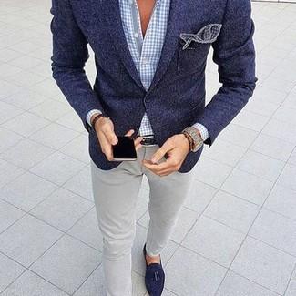 Cómo combinar: blazer de lana azul marino, camisa de vestir de cuadro vichy celeste, vaqueros pitillo grises, mocasín con borlas de ante azul marino