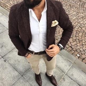 Cómo combinar: blazer de lana en marrón oscuro, camisa de vestir blanca, vaqueros pitillo en beige, mocasín de cuero en marrón oscuro