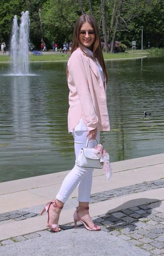 Cómo combinar: blazer rosado, camisa de vestir blanca, vaqueros pitillo blancos, sandalias de tacón de satén rosadas