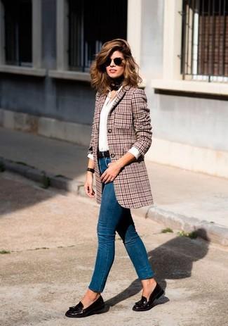 Cómo combinar: blazer de lana de pata de gallo rojo, camisa de vestir blanca, vaqueros pitillo azules, mocasín con borlas de cuero en marrón oscuro