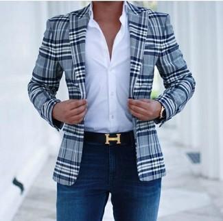 Cómo combinar: blazer de tartán azul marino, camisa de vestir blanca, vaqueros pitillo azul marino, correa de cuero negra