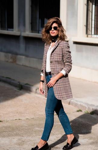Cómo combinar: blazer de pata de gallo rosado, camisa de vestir blanca, vaqueros pitillo azules, mocasín con borlas de cuero negro