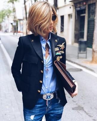 Cómo combinar: blazer negro, camisa de vestir celeste, vaqueros pitillo desgastados azules, cartera sobre de cuero en marrón oscuro