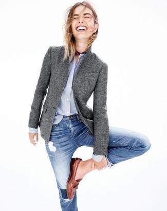 Cómo combinar: blazer de lana gris, camisa de vestir celeste, vaqueros pitillo desgastados azules, mocasín de cuero marrónes