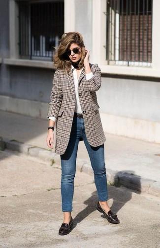 Cómo combinar: blazer de tartán marrón, camisa de vestir blanca, vaqueros pitillo azules, mocasín con borlas de cuero en marrón oscuro