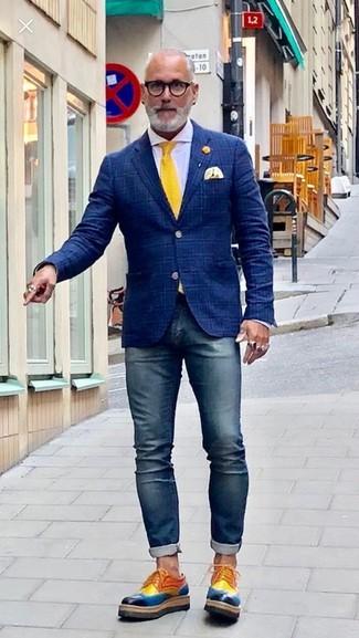 Cómo combinar: blazer de tartán azul marino, camisa de vestir blanca, vaqueros pitillo azul marino, zapatos derby de cuero en multicolor
