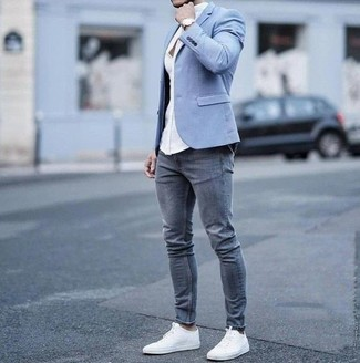 Cómo combinar: blazer celeste, camisa de vestir blanca, vaqueros pitillo grises, tenis de lona blancos