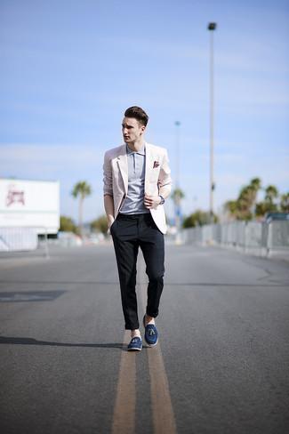 Considera emparejar un blazer rosado con un pantalón chino de tartán azul marino para un lindo look para el trabajo. ¿Te sientes valiente? Usa un par de mocasín con borlas de ante azul marino.