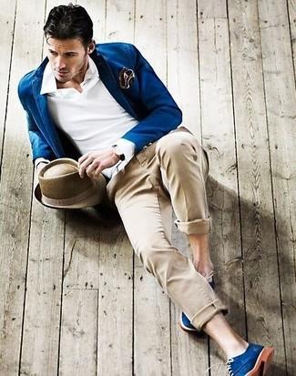 Cómo combinar: blazer azul, camisa polo blanca, pantalón chino en beige, zapatos derby de ante azules