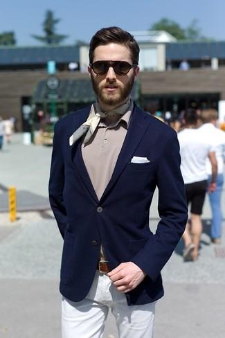 Cómo combinar: blazer azul marino, camisa polo gris, pantalón chino blanco, pañuelo de bolsillo celeste