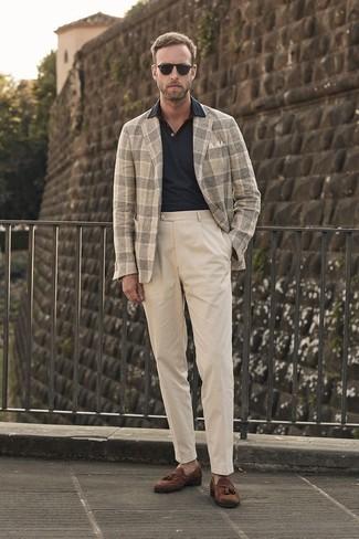 Cómo combinar: blazer de lana de tartán en beige, camisa polo negra, pantalón chino en beige, mocasín con borlas de ante marrón