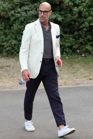 Cómo combinar: blazer blanco, camisa polo de rayas horizontales en azul marino y blanco, pantalón chino azul marino, tenis de lona blancos