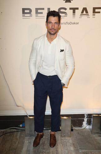 Cómo combinar: blazer blanco, camisa polo blanca, pantalón chino azul marino, zapatos con doble hebilla de cuero marrónes