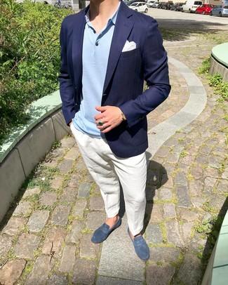 Cómo combinar: blazer azul marino, camisa polo celeste, pantalón chino de lino blanco, mocasín de ante azul