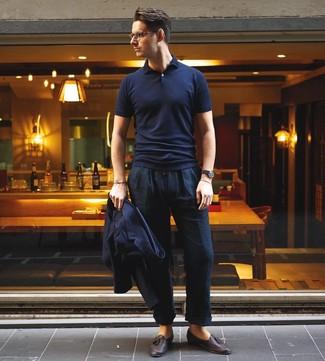 Cómo combinar: blazer azul marino, camisa polo azul marino, pantalón chino de lino azul marino, mocasín con borlas de cuero en marrón oscuro