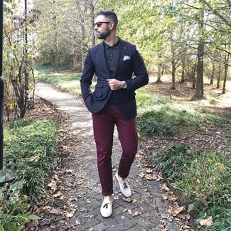 Cómo combinar: blazer a cuadros azul marino, camisa polo negra, pantalón chino burdeos, mocasín con borlas de cuero blanco
