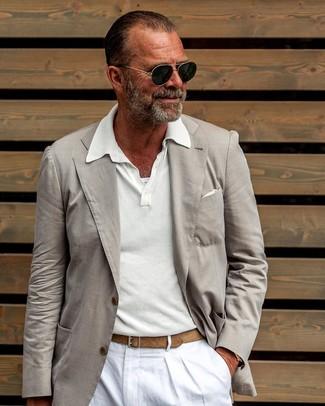Cómo combinar: blazer en beige, camisa polo blanca, pantalón chino de lino blanco, pañuelo de bolsillo blanco
