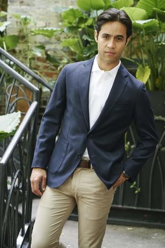 Cómo combinar: blazer azul marino, camisa polo blanca, pantalón chino marrón claro, correa de cuero en marrón oscuro