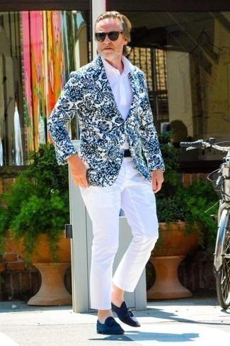 Cómo combinar una camisa polo blanca para hombres de 50 años: Para crear una apariencia para un almuerzo con amigos en el fin de semana elige una camisa polo blanca y un pantalón chino blanco. Opta por un par de mocasín con borlas de ante azul marino para mostrar tu inteligencia sartorial.