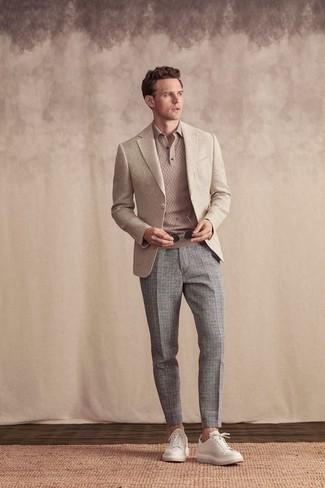 Cómo combinar un blazer en beige: Considera ponerse un blazer en beige y un pantalón chino a cuadros gris para después del trabajo. ¿Quieres elegir un zapato informal? Opta por un par de tenis de cuero blancos para el día.