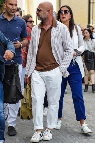 Cómo combinar un blazer de rayas verticales blanco: Si buscas un look en tendencia pero clásico, ponte un blazer de rayas verticales blanco y un pantalón chino blanco. Si no quieres vestir totalmente formal, opta por un par de tenis de cuero en blanco y negro.
