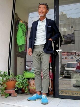 Cómo combinar una camisa polo blanca para hombres de 50 años: Elige una camisa polo blanca y un pantalón chino en verde menta para una vestimenta cómoda que queda muy bien junta. ¿Te sientes valiente? Haz zapatos oxford de ante celestes tu calzado.