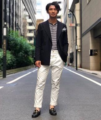 Cómo combinar una camisa polo de rayas horizontales gris: Casa una camisa polo de rayas horizontales gris junto a un pantalón chino blanco para cualquier sorpresa que haya en el día. ¿Te sientes valiente? Opta por un par de mocasín de cuero negro.