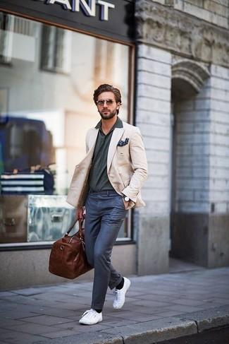 Cómo combinar: blazer en beige, camisa polo en gris oscuro, pantalón de vestir azul marino, zapatillas plimsoll blancas