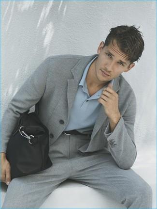 Cómo combinar: blazer de punto gris, camisa polo celeste, pantalón de vestir gris, bolsa tote de cuero negra