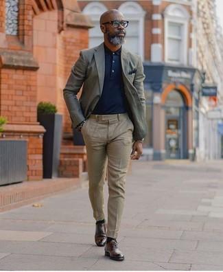 Cómo combinar: blazer gris, camisa polo azul marino, pantalón de vestir en beige, zapatos derby de cuero en marrón oscuro