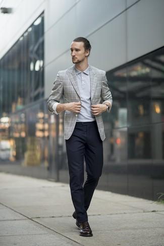 Cómo combinar: blazer de tartán gris, camisa polo gris, pantalón de vestir negro, zapatos derby de cuero negros