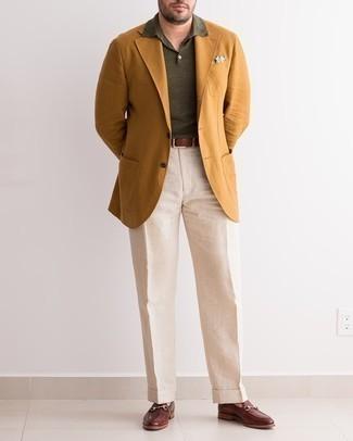 Cómo combinar un blazer en tabaco: Elige un blazer en tabaco y un pantalón de vestir en beige para una apariencia clásica y elegante. Mocasín de cuero en marrón oscuro son una opción inmejorable para completar este atuendo.