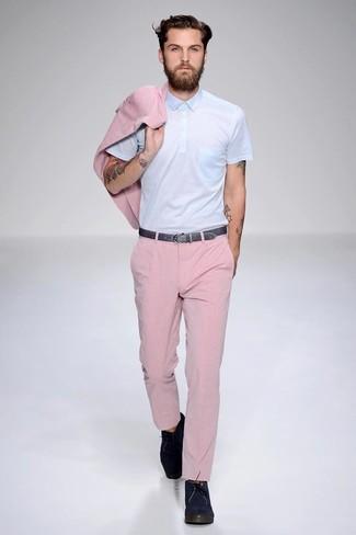 Casa un blazer rosado junto a un pantalón de vestir rosado para una apariencia clásica y elegante. Mezcle diferentes estilos con botas safari de ante azul marino.