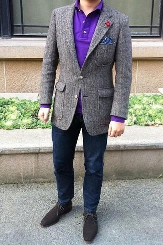 Cómo combinar: blazer de lana gris, camisa polo en violeta, vaqueros azul marino, botas safari de ante en marrón oscuro