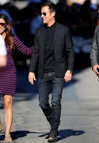 Cómo combinar: blazer negro, camisa polo negra, vaqueros negros, botas casual de cuero negras