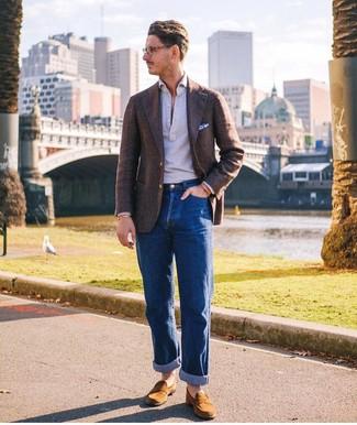 Cómo combinar un pañuelo de bolsillo estampado en blanco y azul: Ponte un blazer de lana en marrón oscuro y un pañuelo de bolsillo estampado en blanco y azul para un look agradable de fin de semana. ¿Te sientes valiente? Usa un par de mocasín de ante en tabaco.