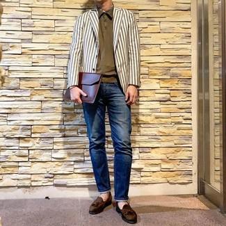 Cómo combinar: blazer de rayas verticales blanco, camisa polo verde oliva, vaqueros azul marino, mocasín con borlas de ante verde oliva