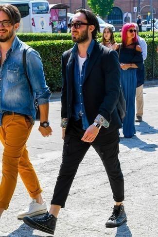 Cómo combinar una camisa vaquera azul: Usa una camisa vaquera azul y un pantalón cargo negro para un look diario sin parecer demasiado arreglada. ¿Por qué no añadir zapatillas altas de cuero negras a la combinación para dar una sensación más relajada?