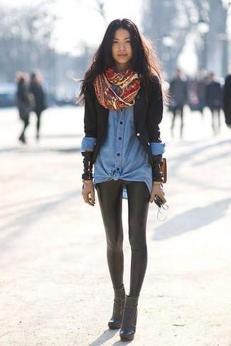 Cómo combinar: blazer negro, camisa vaquera azul, leggings de cuero negros, botines de cuero negros